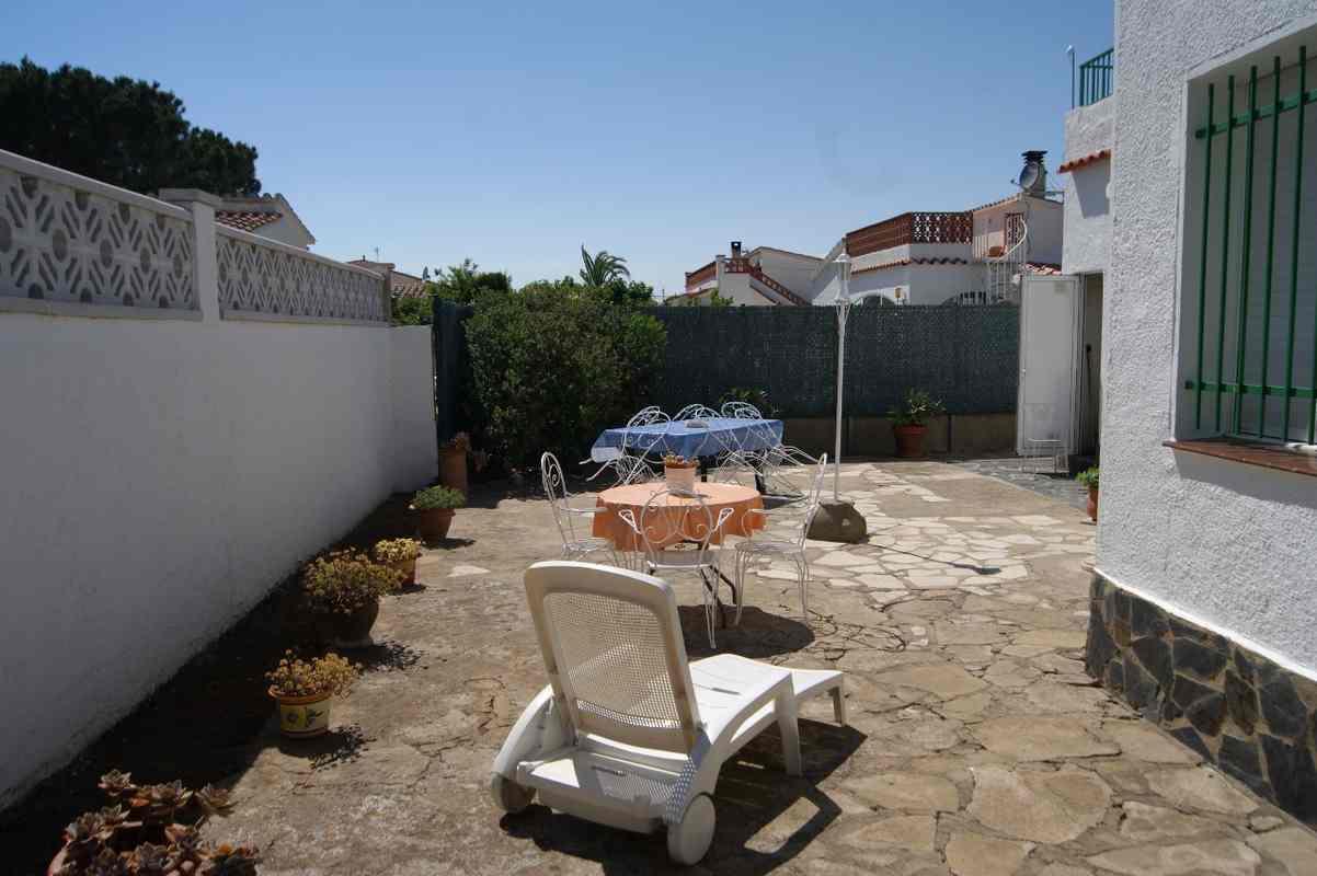 location maisons roses 1082 1464957465881 location de vacances roses. Black Bedroom Furniture Sets. Home Design Ideas